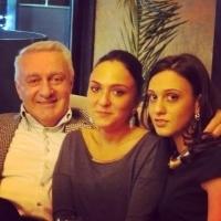 ქალიშვილებთან, ნესტანთან და ნინისთან ერთად